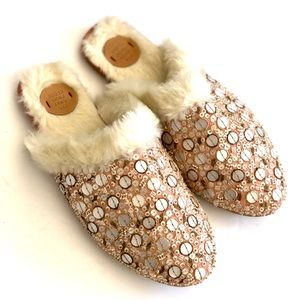 FAR AWAY FROM CLOSE slippers